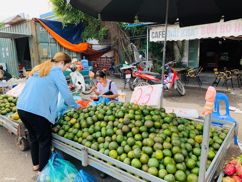 Đầu mùa vải giá 50.000 đồng/kg nhưng vị còn khá chua, cam Sài Gòn xuống chợ giá rẻ - Ảnh 6.