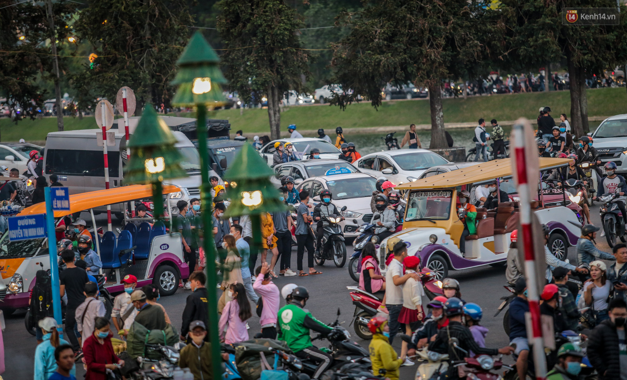 Trung tâm TP. Đà Lạt tê liệt từ chiều đến tối do lượng du khách tăng đột biến dịp lễ 30/4 - Ảnh 2.