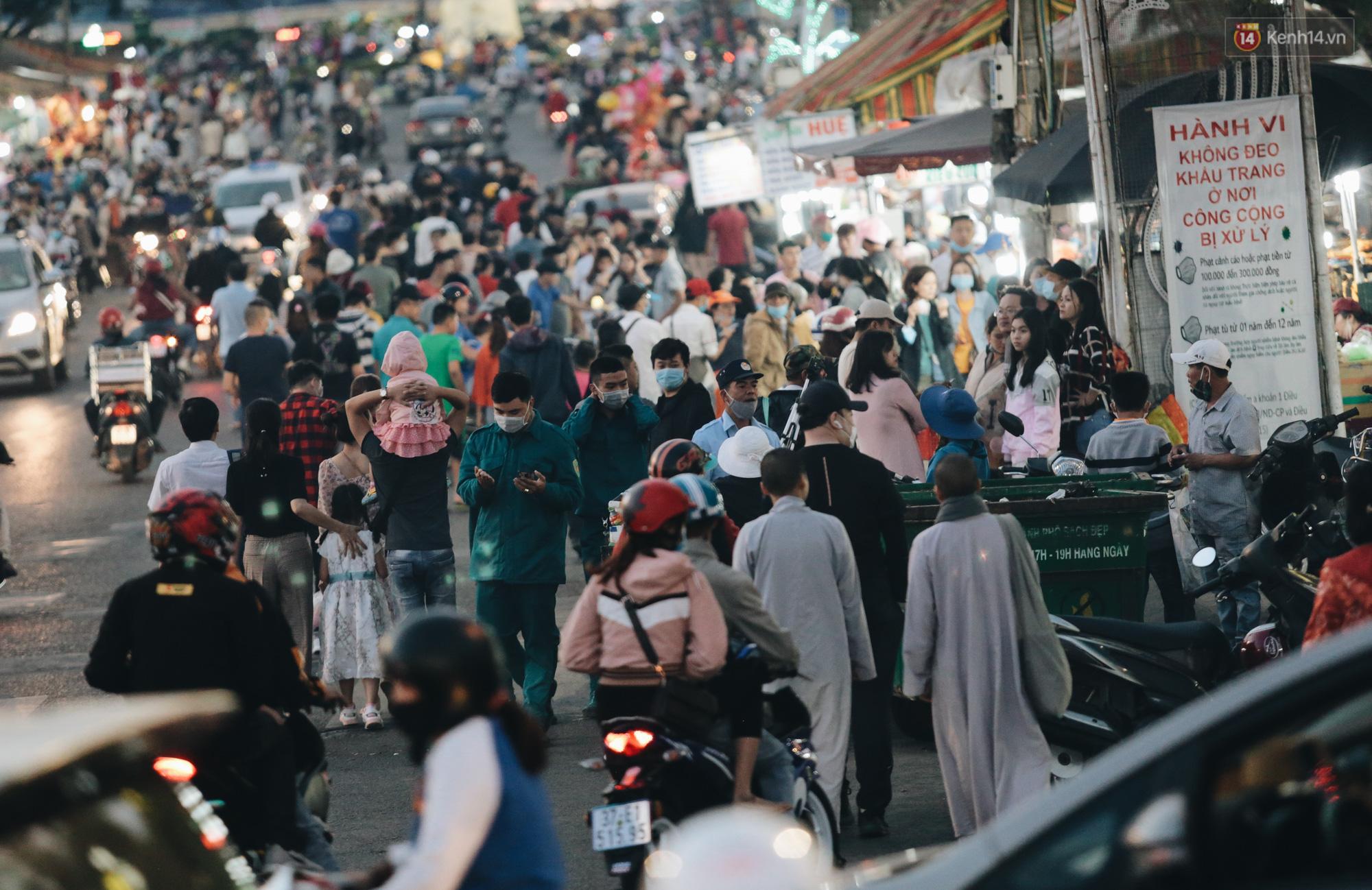 Trung tâm TP. Đà Lạt tê liệt từ chiều đến tối do lượng du khách tăng đột biến dịp lễ 30/4 - Ảnh 9.