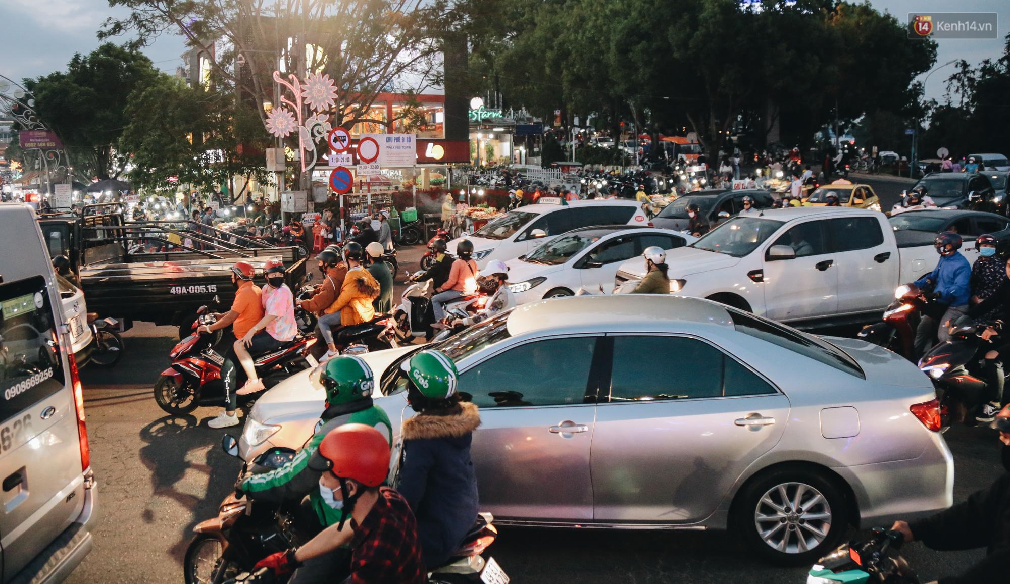 Trung tâm TP. Đà Lạt tê liệt từ chiều đến tối do lượng du khách tăng đột biến dịp lễ 30/4 - Ảnh 5.