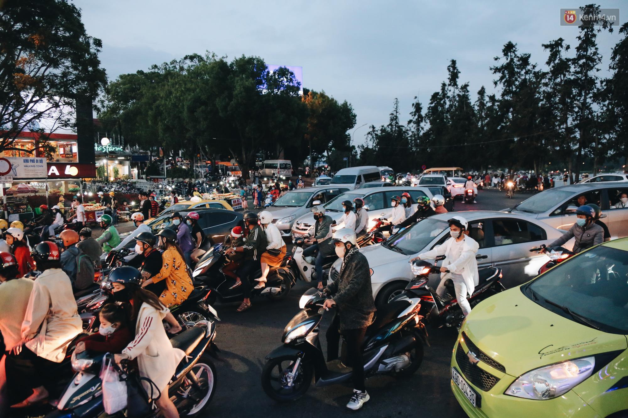 Trung tâm TP. Đà Lạt tê liệt từ chiều đến tối do lượng du khách tăng đột biến dịp lễ 30/4 - Ảnh 14.