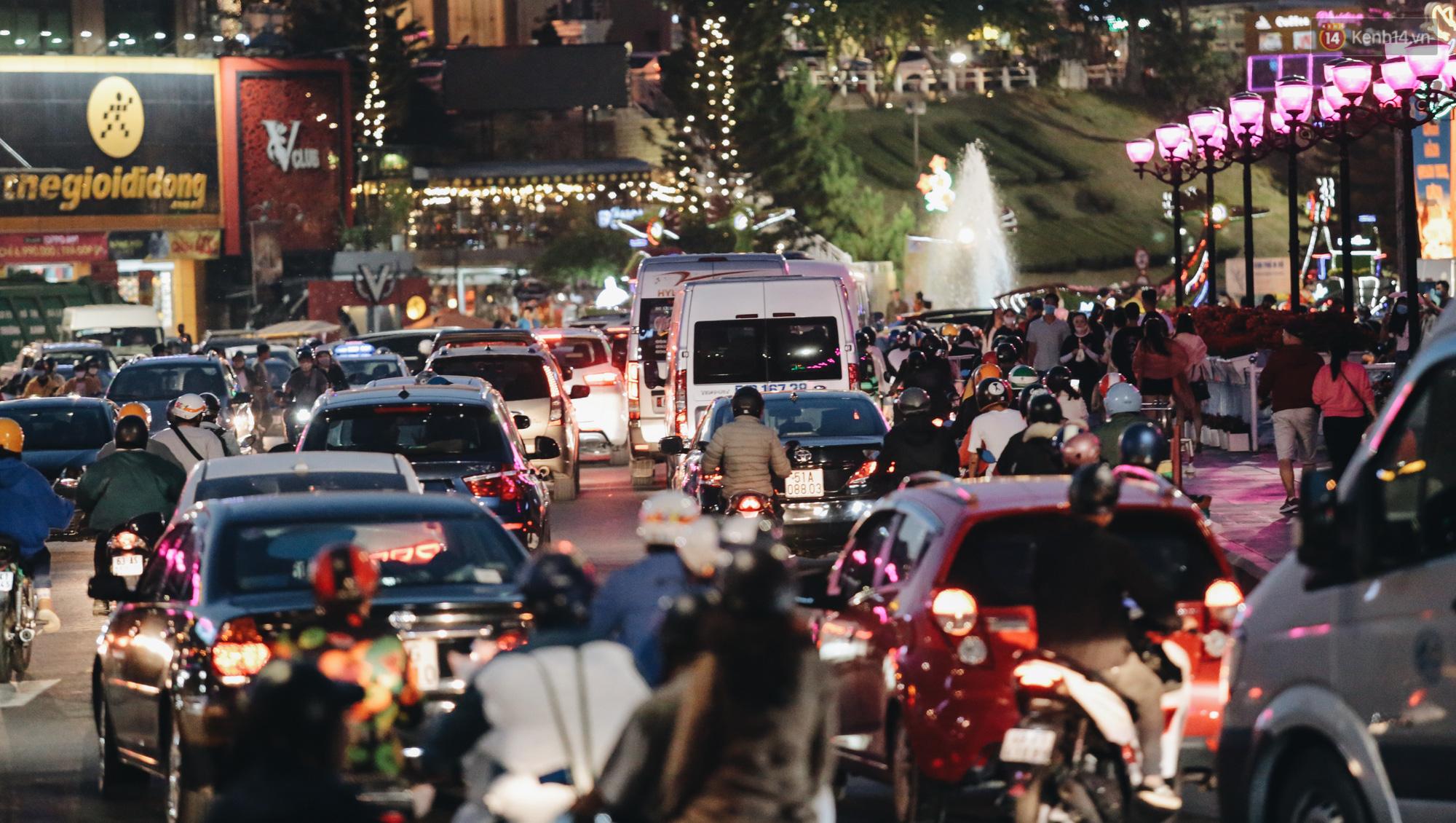 Trung tâm TP. Đà Lạt tê liệt từ chiều đến tối do lượng du khách tăng đột biến dịp lễ 30/4 - Ảnh 16.