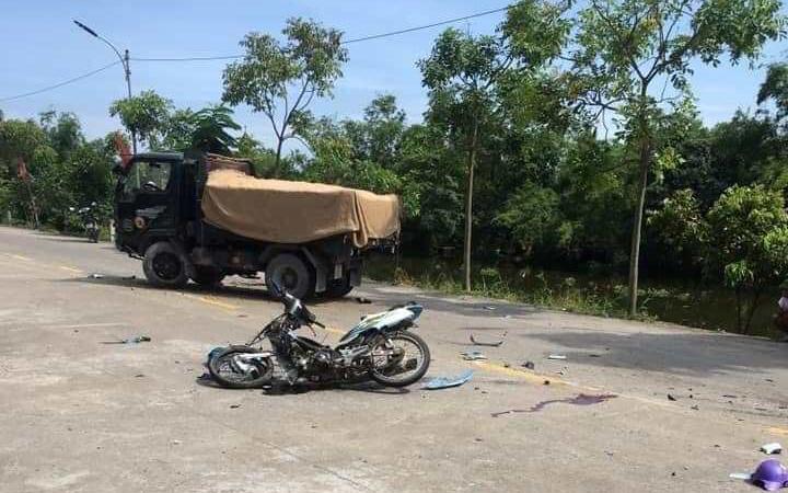 Ninh Bình: 2 học sinh đi xe máy chết thảm sau va chạm với xe tải