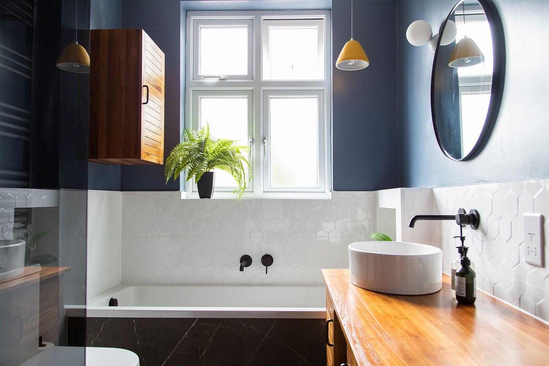 """Decor phòng tắm mùa hè """"mát lịm"""" với tông màu trắng - xanh - Ảnh 1."""