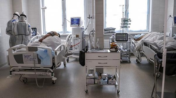 Nữ y tá Nga gây bão mạng vì mặc bikini dưới đồ bảo hộ, cư dân mạng chia làm 2 phe người khen kẻ chê tranh cãi quyết liệt - Ảnh 2.