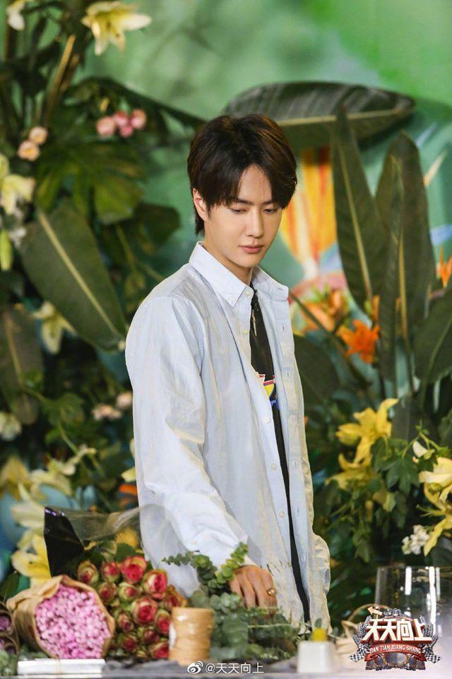 """Vừa hết """"Hữu Phỉ"""", Vương Nhất Bác đã đóng phim với chồng Trần Nghiên Hy, đẹp trai cực phẩm khi đọc kịch bản  - Ảnh 8."""