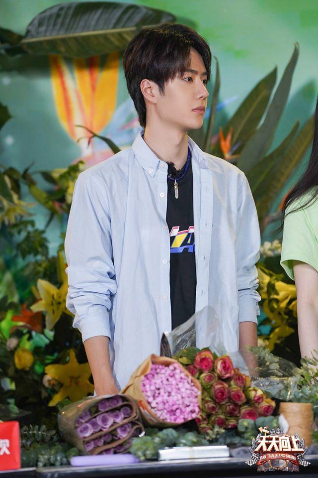 """Vừa hết """"Hữu Phỉ"""", Vương Nhất Bác đã đóng phim với chồng Trần Nghiên Hy, đẹp trai cực phẩm khi đọc kịch bản  - Ảnh 6."""