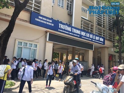 """Chủ tịch Hà Nội yêu cầu kiểm tra vụ trường khóa cửa lớp, học sinh """"đội nắng"""" chờ phụ huynh đến đón - Ảnh 1."""