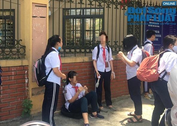 """Chủ tịch Hà Nội yêu cầu kiểm tra vụ trường khóa cửa lớp, học sinh """"đội nắng"""" chờ phụ huynh đến đón - Ảnh 3."""