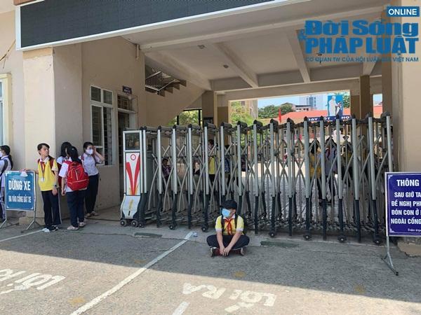 """Chủ tịch Hà Nội yêu cầu kiểm tra vụ trường khóa cửa lớp, học sinh """"đội nắng"""" chờ phụ huynh đến đón - Ảnh 4."""