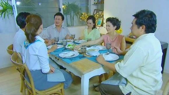 Đang ăn cơm, mẹ tôi tuyên bố một câu khiến bố giật mình đánh rơi bát còn anh em chúng tôi thì nhìn nhau kinh ngạc