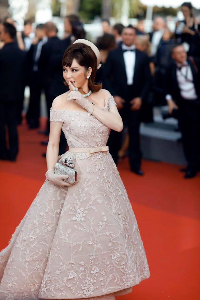 """Lý Nhã Kỳ và những lần """"càn quét"""" thảm đỏ Cannes: Đẳng cấp chẳng kém sao quốc tế, """"gây sốt"""" nhất là màn đọ sắc bên Phạm Băng Băng - Ảnh 5."""