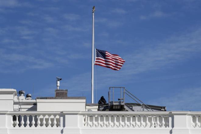 Mỹ treo cờ rủ tưởng nhớ gần 100.000 người chết vì COVID-19 - Ảnh 1.
