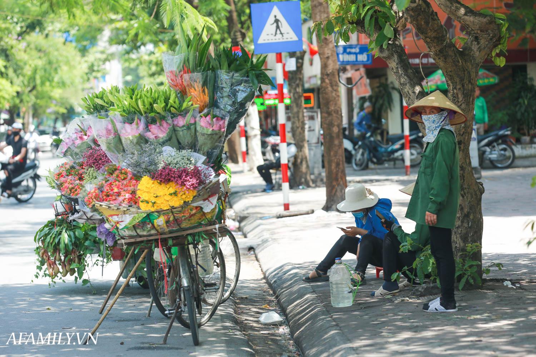 Người Hà Nội vất vả tìm mọi nơi, thử mọi cách để trốn cái nắng cực gay gắt có nơi lên đến 40 độ - Ảnh 7.