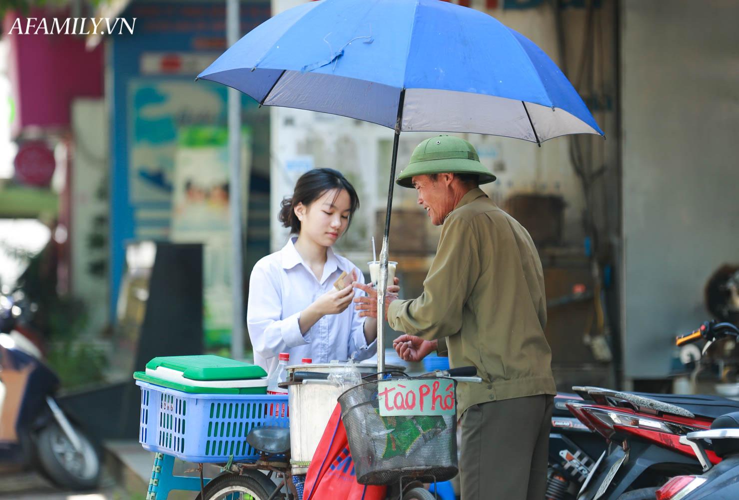 Người Hà Nội vất vả tìm mọi nơi, thử mọi cách để trốn cái nắng cực gay gắt có nơi lên đến 40 độ - Ảnh 12.