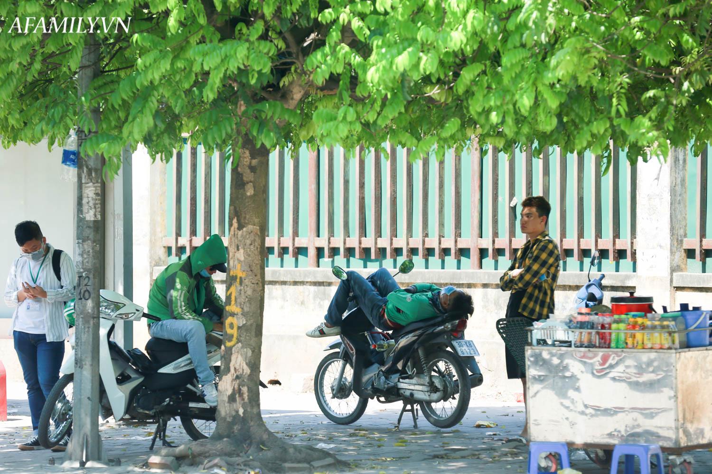 Người Hà Nội vất vả tìm mọi nơi, thử mọi cách để trốn cái nắng cực gay gắt có nơi lên đến 40 độ - Ảnh 18.