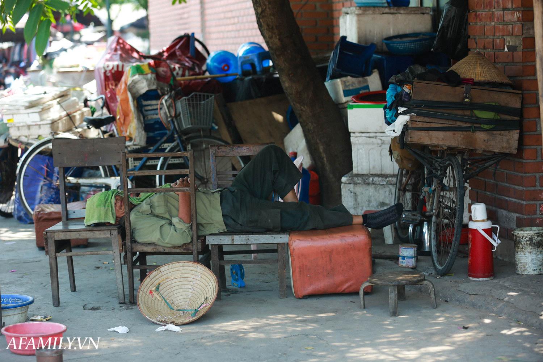 Người Hà Nội vất vả tìm mọi nơi, thử mọi cách để trốn cái nắng cực gay gắt có nơi lên đến 40 độ - Ảnh 19.