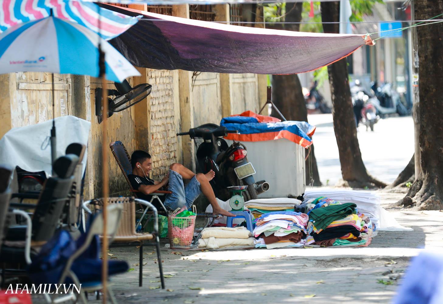 Người Hà Nội vất vả tìm mọi nơi, thử mọi cách để trốn cái nắng cực gay gắt có nơi lên đến 40 độ - Ảnh 10.