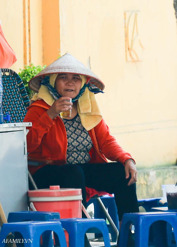 Người Hà Nội vất vả tìm mọi nơi, thử mọi cách để trốn cái nắng cực gay gắt có nơi lên đến 40 độ - Ảnh 9.