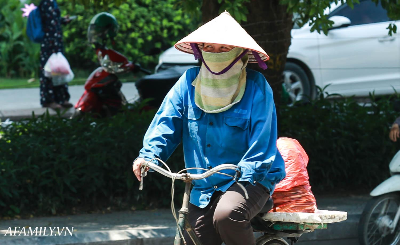 Người Hà Nội vất vả tìm mọi nơi, thử mọi cách để trốn cái nắng cực gay gắt có nơi lên đến 40 độ - Ảnh 6.