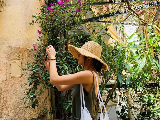 """Khác với hình ảnh kín đáo thường thấy, Song Hye Kyo cứ đi du lịch là """"quẩy"""" đồ hở tới bến - Ảnh 3."""
