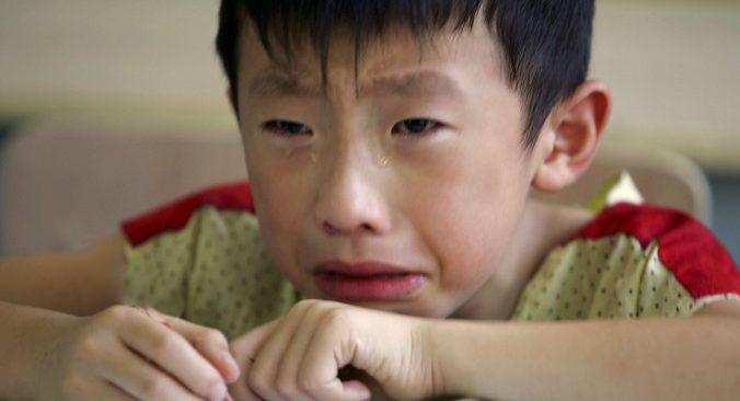 """Thấy bố mẹ cãi nhau ỏm tỏi, cậu bé 5 tuổi sợ quá khóc thét lên, mẹ nói vội 1 câu """"chữa cháy"""" khiến ai nấy vỗ tay vì quá thông minh - Ảnh 1."""