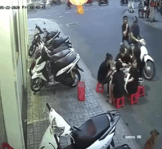 """2 thanh niên dừng xe máy trêu ghẹo 5 cô gái đang ăn dưới lòng đường, màn """"phản pháo"""" cực gắt sau đó khiến dân mạng ngán ngẩm - Ảnh 2."""