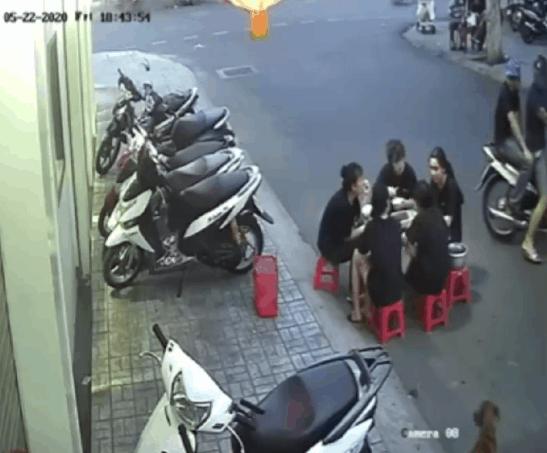 """2 thanh niên dừng xe máy trêu ghẹo 5 cô gái đang ăn dưới lòng đường, màn """"phản pháo"""" cực gắt sau đó khiến dân mạng ngán ngẩm - Ảnh 3."""