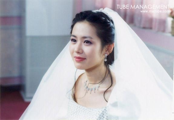 Bộ ảnh hiếm 20 năm trước của Son Ye Jin hot trở lại: Mắt ngấn lệ, làm cô dâu xinh đẹp bên cạnh Cha Tae Hyun - Ảnh 2.