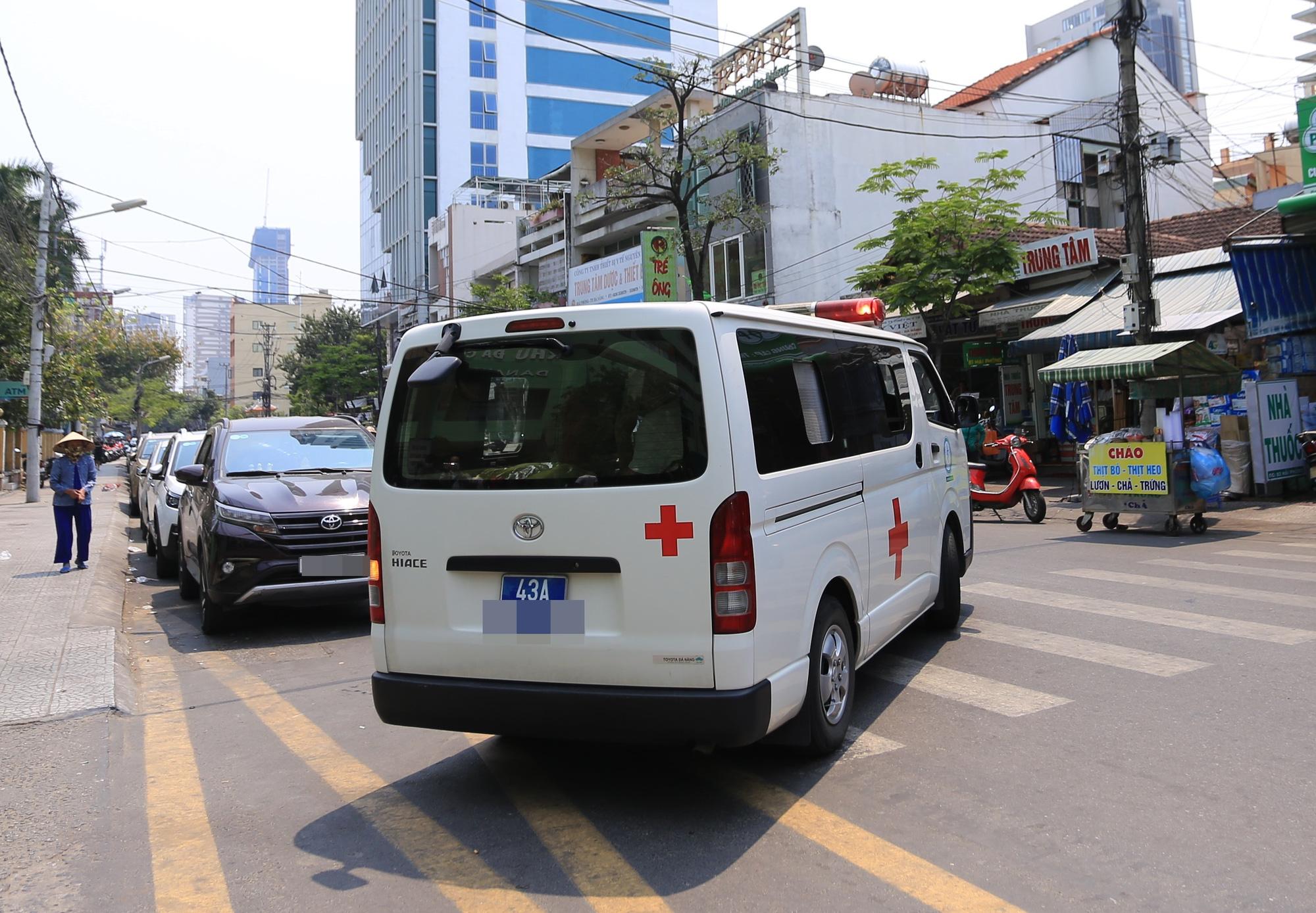 Đi cấp cứu, nữ nhân viên y tế bị người nhà bệnh nhân đánh phải... cấp cứu - Ảnh 1.