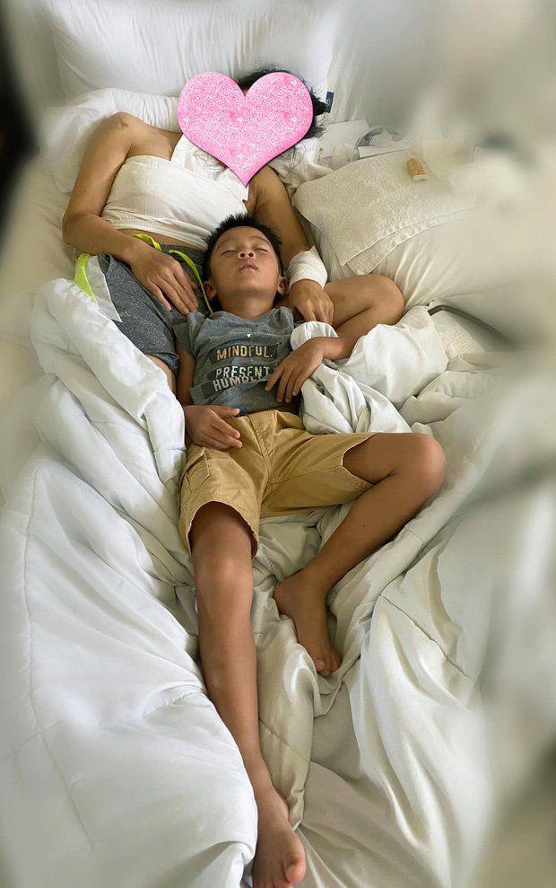Ca sỹ Hồng Ngọc bị bỏng nặng, con trai nhỏ liền có hành động cực kỳ hiếu thảo khiến ai nấy rưng rưng nước mắt - Ảnh 2.