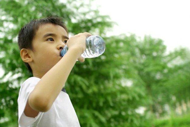 Phòng mất nước cho trẻ trong mùa nóng - Ảnh 1.