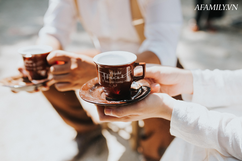 Quán cà phê vỉa hè vừa bé vừa cũ kỹ nhất Hà Nội, tồn tại gần thế kỷ qua 4 thế hệ vẫn đông khách vô cùng, 1 ngày bán cả nghìn cốc - Ảnh 16.