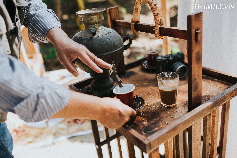 Quán cà phê vỉa hè vừa bé vừa cũ kỹ nhất Hà Nội, tồn tại gần thế kỷ qua 4 thế hệ vẫn đông khách vô cùng, 1 ngày bán cả nghìn cốc - Ảnh 15.