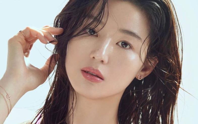 """Bộ ảnh mới của """"mợ chảnh"""" Jeon Ji Hyun lại gây bão dư luận, U40 vẫn xinh đẹp thần thái thế này"""