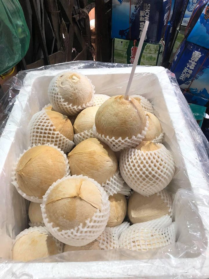 """""""Hốt bạc"""" ngày nắng nóng gay gắt 40 độ nhờ bán các loại nước ép trái cây, sữa hạt và bán dừa xiêm vỉa hè - Ảnh 6."""