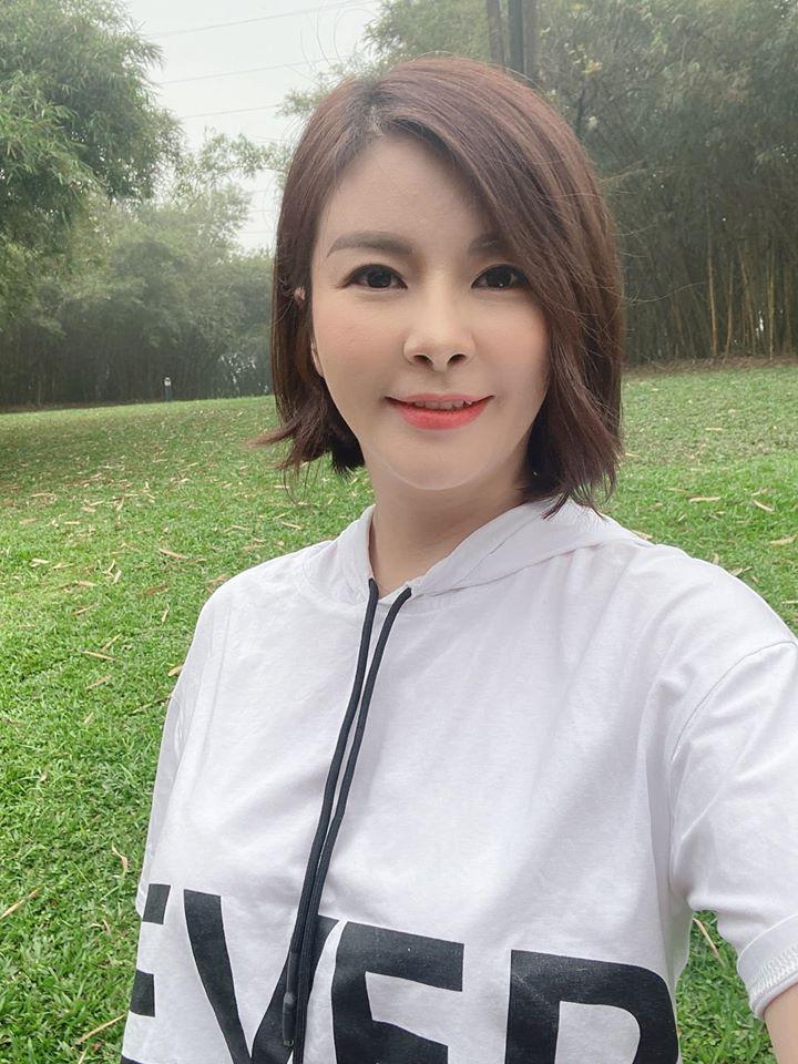 """Màn """"lột xác"""" của Hồng Diễm còn chưa là gì so với Kim Oanh: Style bị dìm quá thể đáng khi lên hình, ngoài đời lại trẻ trung hết xảy - Ảnh 4."""
