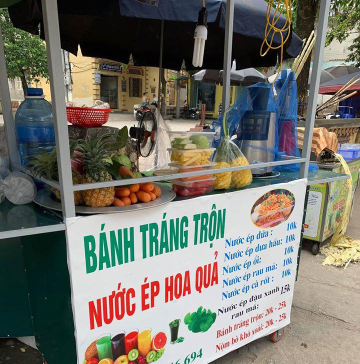 """""""Hốt bạc"""" ngày nắng nóng gay gắt 40 độ nhờ bán các loại nước ép trái cây, sữa hạt và bán dừa xiêm vỉa hè - Ảnh 1."""