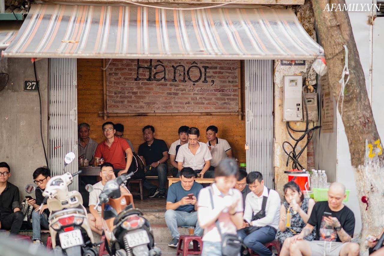 Quán cà phê vỉa hè vừa bé vừa cũ kỹ nhất Hà Nội, tồn tại gần thế kỷ qua 4 thế hệ vẫn đông khách vô cùng, 1 ngày bán cả nghìn cốc - Ảnh 17.