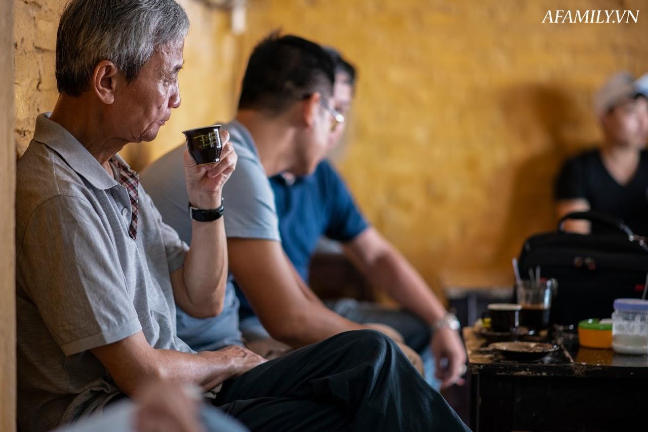 Quán cà phê vỉa hè vừa bé vừa cũ kỹ nhất Hà Nội, tồn tại gần thế kỷ qua 4 thế hệ vẫn đông khách vô cùng, 1 ngày bán cả nghìn cốc - Ảnh 19.