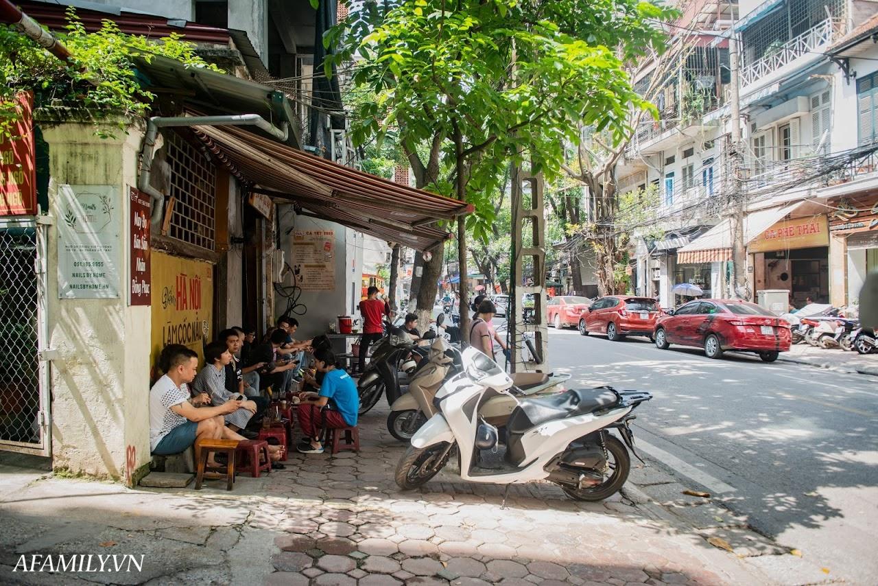 Quán cà phê vỉa hè vừa bé vừa cũ kỹ nhất Hà Nội, tồn tại gần thế kỷ qua 4 thế hệ vẫn đông khách vô cùng, 1 ngày bán cả nghìn cốc - Ảnh 1.