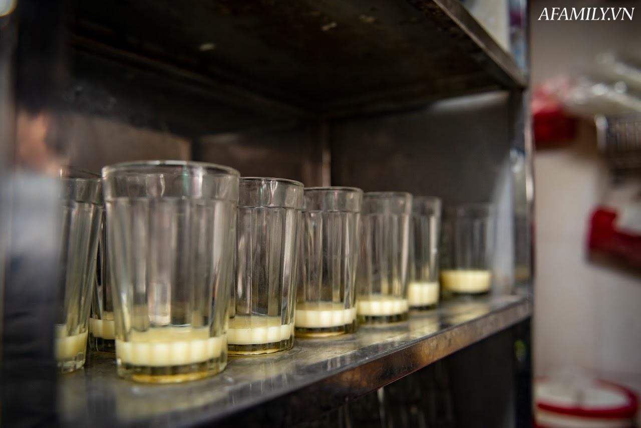 Quán cà phê vỉa hè vừa bé vừa cũ kỹ nhất Hà Nội, tồn tại gần thế kỷ qua 4 thế hệ vẫn đông khách vô cùng, 1 ngày bán cả nghìn cốc - Ảnh 22.