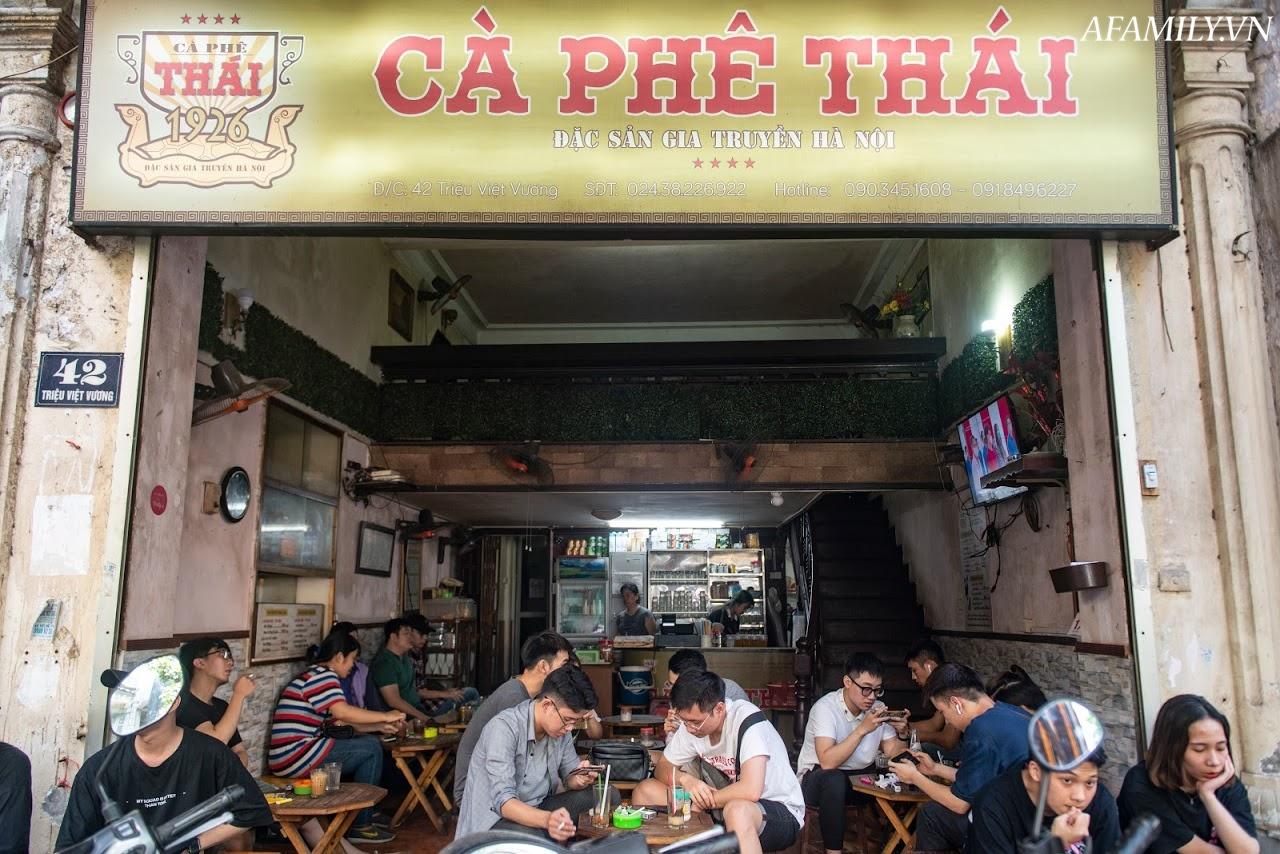 Quán cà phê vỉa hè vừa bé vừa cũ kỹ nhất Hà Nội, tồn tại gần thế kỷ qua 4 thế hệ vẫn đông khách vô cùng, 1 ngày bán cả nghìn cốc - Ảnh 3.