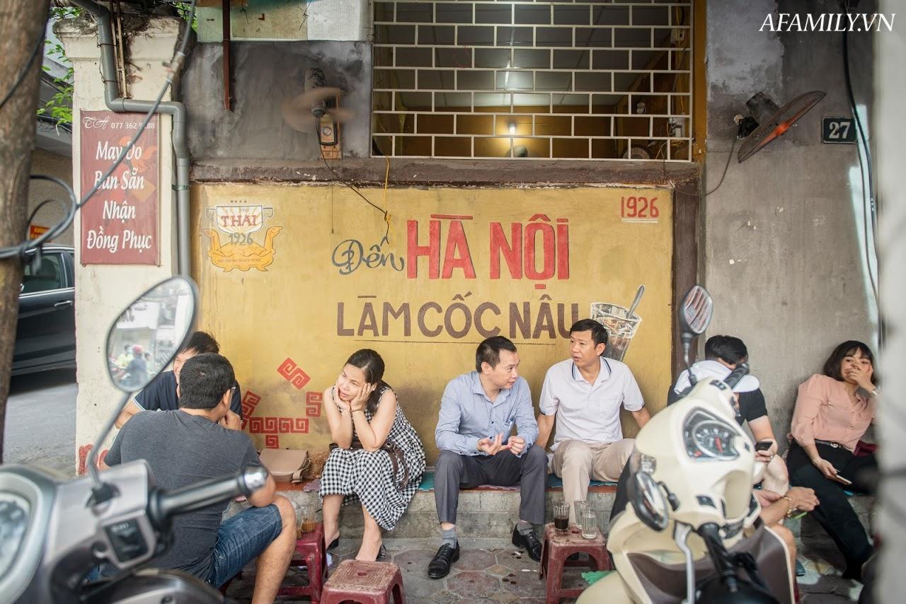 Quán cà phê vỉa hè vừa bé vừa cũ kỹ nhất Hà Nội, tồn tại gần thế kỷ qua 4 thế hệ vẫn đông khách vô cùng, 1 ngày bán cả nghìn cốc - Ảnh 23.
