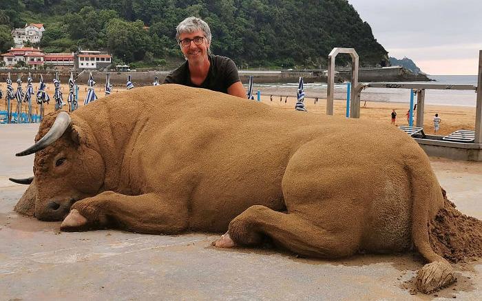 """Ngỡ ngàng về những tác phẩm điêu khắc """"siêu thực"""" được tạo từ cát của người nghệ sĩ Tây Ban Nha!"""