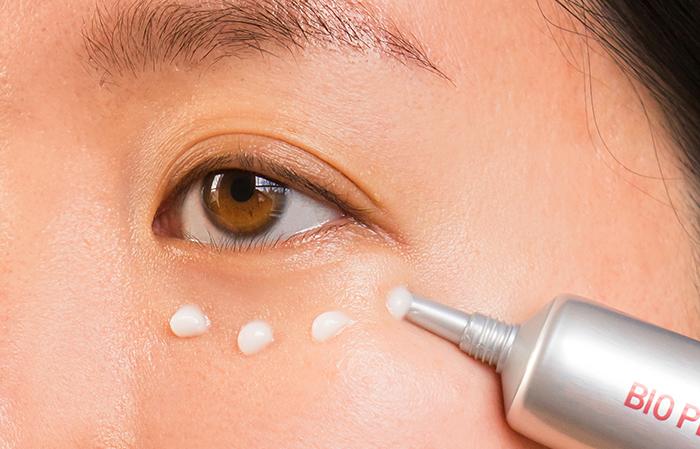 """Người phụ nữ 48 tuổi đã """"là phẳng"""" vùng da mắt thâm nhăn, khiến da mịn đẹp không tỳ vết nhờ loại kem mắt này - Ảnh 6."""