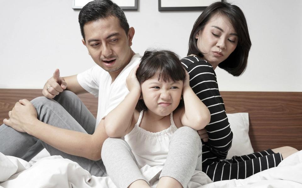 Đừng hỏi sao con luôn tự ti nhút nhát nếu cha mẹ vẫn mắc phải những lỗi dạy con cơ bản mà phổ biến này