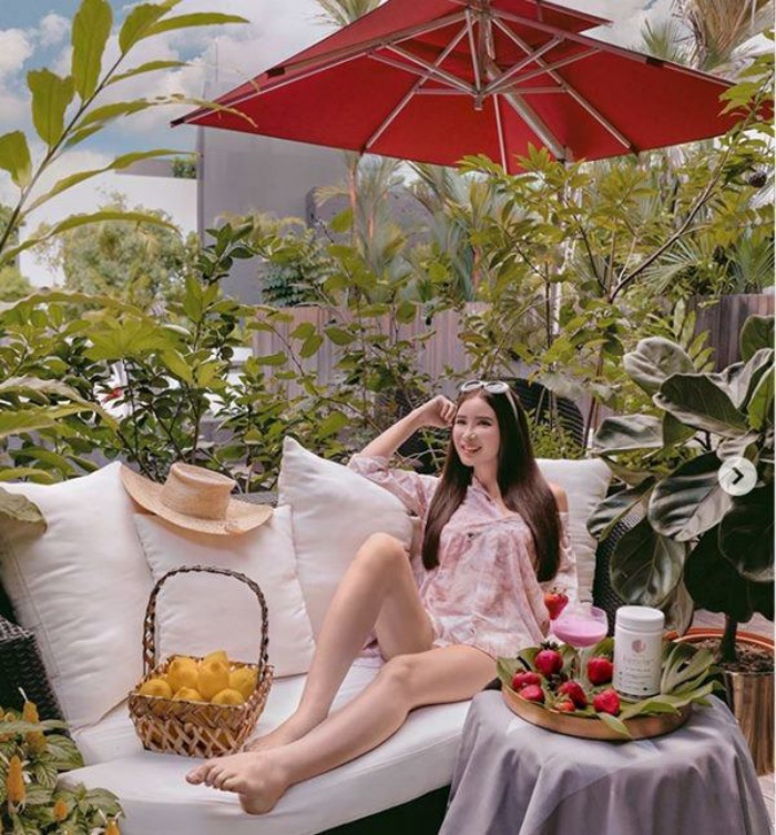 Hot mom xinh đẹp nhận trợ cấp 10 tỷ đồng/ tháng từ chồng vẫn tự tay trồng rau quả hữu cơ - Ảnh 2.