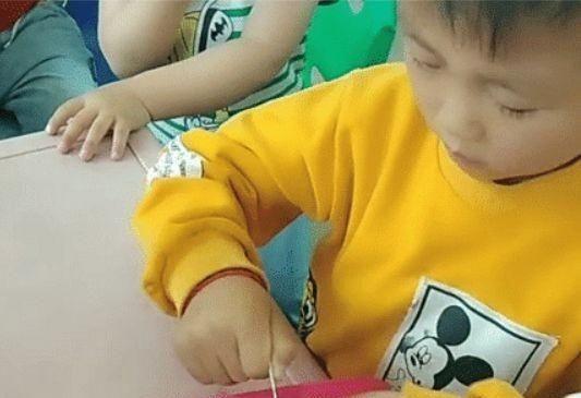 Cậu bé đi học mẫu giáo nhưng lại mang theo món đồ chơi mà khi mang ra chơi cả cô giáo và các bạn cùng ngỡ ngàng - Ảnh 1.