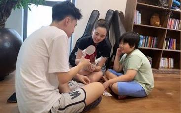 Thật bất ngờ khi biết MC Mai Ngọc còn có 2 em trai cách cô tận 20 tuổi, một cậu chàng thậm chí còn cao vượt cả chị